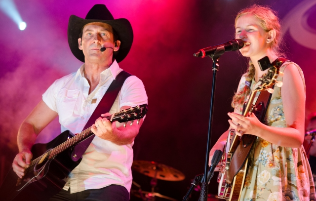 13yo banjo busker Taylor Pfeiffer duets with Lee Kernaghan